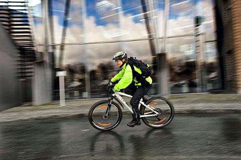 – IKKE LA DEG IRRITERE: Som syklende skadesjef i Tryg er Heidi Fürstenbergs råd til bilistene å ikke la seg irritere over syklister. – Kø og forsinkelser skapes av biltrafikk, ikke av syklister i veien, sier hun. FOTO: Lena Knutli/Tryg