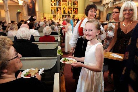 Brudepike Emma Sofie Gautestad (10) var blant dem som serverte bryllupsgjestene - altså publikum.