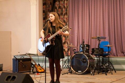 Monne Stang Møller (18) deltok også under UKM. Her med egen låt.