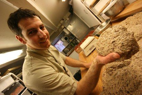 Oran Kamelgarn lever og ånder for å lage gode bakevarer. – Jeg simpelthen elsker jobben min! utbryter han mens han gjør et og et brød klart for heving.