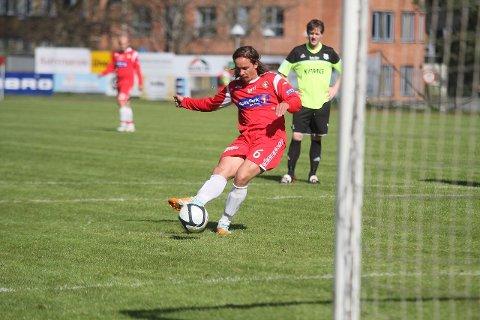 SIKTER SEG INN: Banens beste spiller, Kjetil Kamark, sikter seg inn helt nede ved stolperota og gir DFI ledelsen 1-0 på straffespark. begge FOTO: HENRIK AASBØ