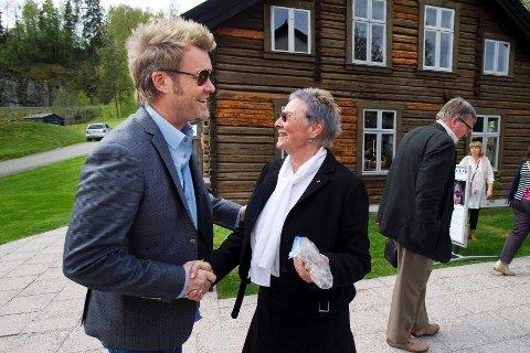 Lørdag åpnet Blaafarveværket med 600 gjester og syv glemte kvinnelige malere. Her hilser utstiller Magne Furuholmen på Blaafarveværkets direktør Tone Sinding Steinsvik.