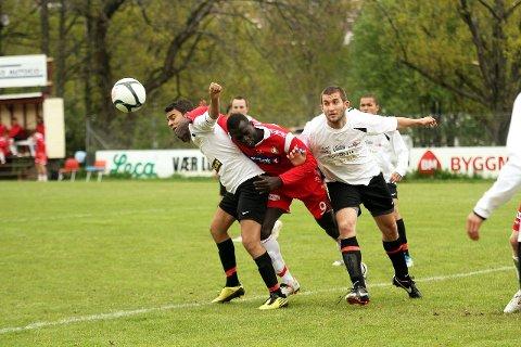 TØFFE TAK: To ganger fikk DFIs Mamadou Latyr (i rødt) satt hodet på ballen og headet i mål i lørdagens kamp mot Holmlia.