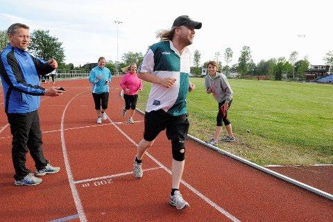 Ole Petter Sølvesen (fra venstre) stilte opp som tidtaker og support for treningsvennene i Utfordringen onsdag. Her løper Ken Reinertsen, Synnøve Frugaard og Annette Gjerstad. Til høyre står løpetrener Åshild Jenssen. FOTO: KURT ANDRÉ HØYESSEN