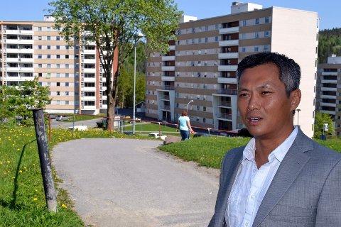 Det var opp denne gangveien fra leiligheten i blokken i bakgrunnen Young N. Nguyen gikk til Galterud skole hver dag. Fra en oppvekst på Fjell har han nå etablert seg i USA for å slåss på det amerikanske hotellmarkedet.