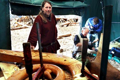 Båtbygger og prosjektleder for Osebergkopien, gratulerer båtbyggerne av «Draken Harald Hårfagre» med sjøsettingen.