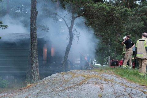 Det begynte å brenne i en utleiehytte på Fjærholmen camping lørdag kveld.