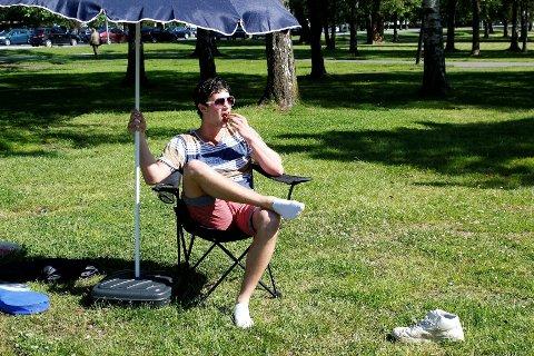 Sebastian James Hekneby fra Tønsberg viser her sin mest behagelig avslappingsposisjon. Han forsøker å få Norges slappeste sommerjobb. Foto: Ida Marie Abrahamsen