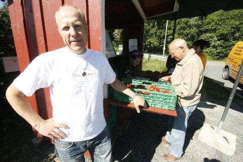 Bjørn Dal har tradisjon tro fått på plass jordbærbua. Et fast stoppested for mange gjennom sommeren.