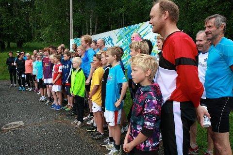 Før testløpet startet, måtte alle deltakerne pent stille opp til fotografering foran banneret til Aktiv mot kreft, som sportsklubben Kraft samler inn penger til i forbindelse med AGR Kraftløpet.