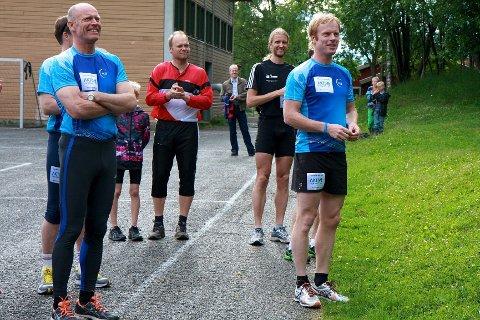 Omsider dukket Dæhlie opp, til glede for blant andre Sverre Skogen (t.v.), som representerer Kraftløpets hovedsponsor, AGR, og for vårt lokale langløpsess, Gjermund Sørstad (sort T-skjorte).
