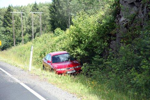 Denne bilen kjørte ut i grøften etter å ha kommet over i motsatt kjørefelt, og truffet motgående bil.