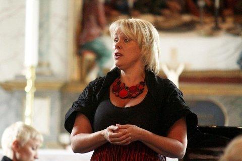 SOPRAN: Solveig Kringlebotn fylte Drøbak kirke til siste benkeplass da hun lørdag sang Verdi, Grieg og Strauss. BEGGE FOTO: HENRIK AASBØ