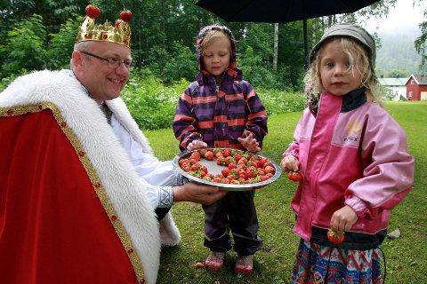 Lona Storholt (4) fra Kniveåsen og Alva Svendsen (4) fra Nøste syntes jordbærene til Simen Myhrene var så kongelig gode, at de kom tilbake og forsynte seg flere ganger.