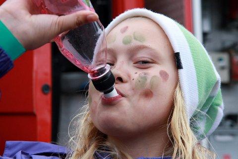 Marthe Borgen Moe (11) fra Reistad koste seg med premien hun fikk etter å ha sanket gull og sølv til heksa i Trollskogen - nemlig en flaske smakfull blåbærjus.