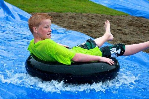 John Anders Finsveen (13) og kompisene hans holdt det gående med bading i over en time. Det skal ha vært ca 20 grader i vannet - men likevel...