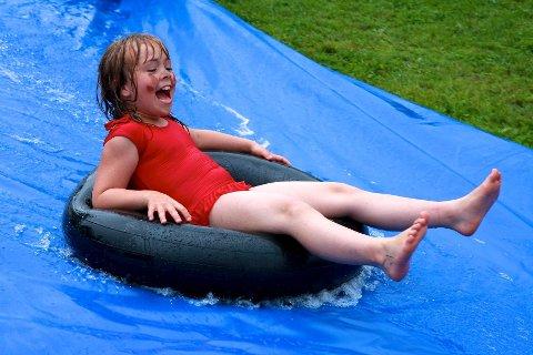 Sandra Tennefoss (8 1/2) serverte høyfrekvente gledeshyl på vei ned vannrenna.