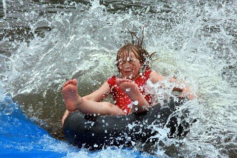 Sandra Tennefoss (8 1/2) traff vannet i Holsfjorden så spruten sto.
