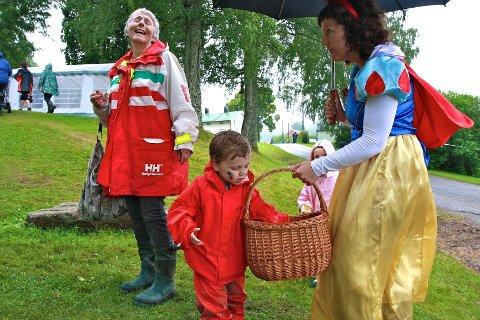 """Hanne """"Snehvit"""" Settevik forsikret både Liam Librizzi (2 1/2) og mormor Sigrid Strøm fra Drammen om at de lokalproduserte eplene i kurven var helt ufarlige, og veldig gode."""