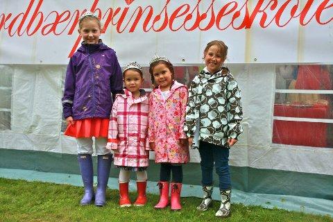 Ferdig uteksaminerte fra prinsesseskolen: 10 år gamle Mathilde Amdam (t.v.), Amanda Grelland (4), Celina Grelland (6) og Nadja Brandshaug Kaya (7).