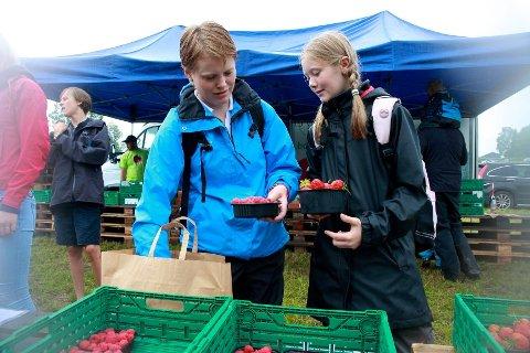 Maria Eklind og Louise Borgen fra Tranby passet på å handle litt ferske bær og grønnsaker på markedet nedenfor parkeringsplassen.