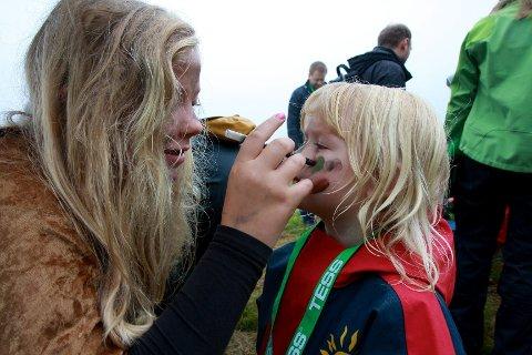 Før hun entret Trollskogen, ble Eirin Holo (4 1/2) fra Bærum behørig sminket om til en liten trollunge av Oda Hokstad Hylen (12) fra Sylling.