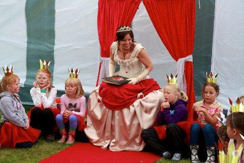 Birgit Bonden Hørthe i vakre gevanter, fortalte eventyr og underviste småprinsessene på prinsesseskolen.