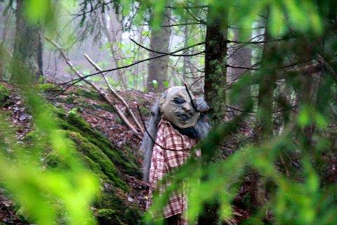 Inne blant trærne sto denne mystiske skapningen og skulte mot dem som våget seg inn i den forheksede Trollskogen.