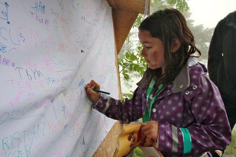 Ved inngangen til Trollskogen kunne alle som ville skrive navnet sitt på dette store arket. Eve Llewellyn (7) fra Steinberg signerte også med sitt navnetrekk.