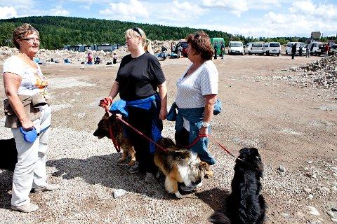 Naboene Berit Andersen (f.v.) Ellen Bjerke og Valerie Bjerke er frustrerte over å få en leir med romfolk i nabolaget.