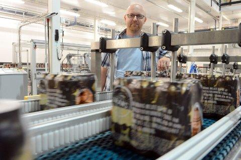 Ølproduksjonen hos Grans er omtrent som i fjor ved disse tider. Blant de mest populære produktene er Grans Premium. Ved båndet står Kai André Nilsen.  Foto: Kurt André Høyessen