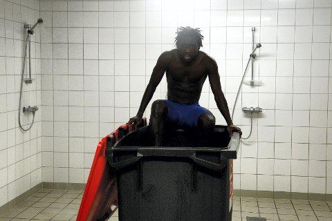 Et kar fylt med isvann er ingen ønskedrøm å senke seg ned i for Victor Demba Bindia, men han vet det er smart å gjøre det om han skal bli best mulig forberedt til OL i London om to uker. FOTO: KURT ANDrÉ HØYESSEN