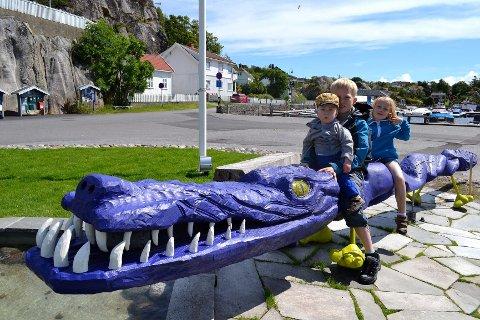 «Uladilla» har allerede blitt et yndet samlingspunkt. Her med søsknene (fra venstre) Peder, Even og Ida Blæsterdalen.  Foto: Stine Authèn