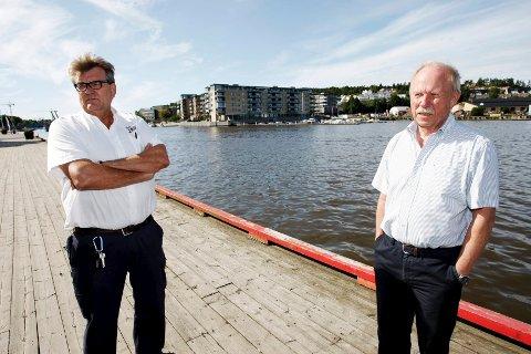 Her, langs bryggekanten bak Roar Kokvik (til venstre) og havnesjef Per Svennar, pleier båtene å ligge tett i tett om sommeren. Det gjør de ikke i år.