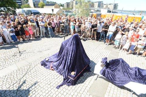 Mange tok turen til Lindahlplan ved Brygga for å se på da stuen av Jahn Teigen ble avduket.