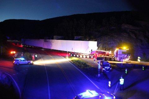 Det lange vogntoget ved Susort i Tysvær i natt.