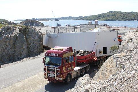Her er det 70 meter lange vogntoget på vei ut fra havna i Gismarvik.