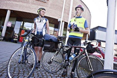 PÅ VEI MOT BERLIN: Simen Simensen (t.v.) og Kjetil Telnes er begge 17 år. Nå skal de sykle 103 mil til Berlin. ALLE FOTO: OLE KR. TRANA