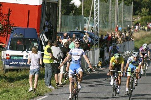 PÅ ETTERSKUDD: Adrian Gjølberg (til høyre i blått) fra Stokke måtte ta til takke med tredjeplass under den andre etappen av Tønsberg 4-dagers. Håkon Frengstad Berger (fra venstre) vant etappen, mens sammenlagtleder Martin Olsen ble nummer fire. Foto: Aleksander Lee Olsen