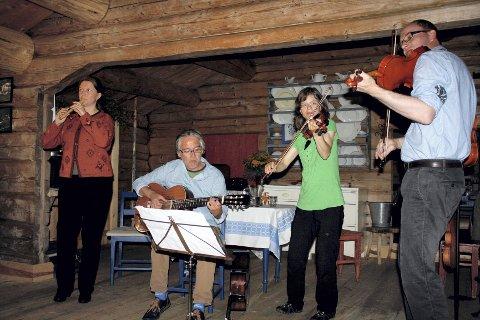 KONSERT PÅ SETRA: «Nøen fra Nøren» fra Os i Østerdal med konsert på Braskerudsætra. Fra venstre Gro Kjelleberg Solli, Tor Volden, Eli Astrid Eimhjellen Ryen og Trond Høisen.