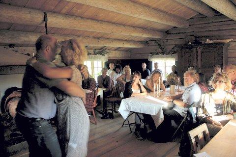 EN SVINGOM: Erik Fleischer og Inger Pernille Stramrud tok en svingom til «Nøen fra Nøren» på Braskerudsætra.