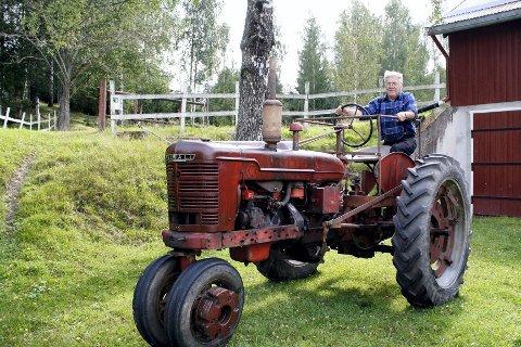 GARDSTRAKTOREN: Otto Skogli har kjørt ut den gamle gardstraktoren på Syversætre gard, en 1949-modell Farmall H.