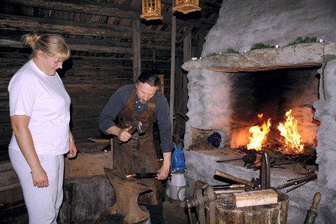 SMED I SMIA IGJEN: Smed Perios Lars Halvarsson lager kroker for stallen til Hilde Borg-Engø på Vestre Arneberg.