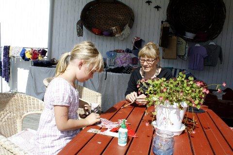 AKTIVERER: På Austvang kunne barna ta del i lappeteknikk og quilting sammen med Marie Kjexrud. Ida Marie Udneseth (8) fra Skalbukilen, Åsnes Finnskog liker å pusle med småting.