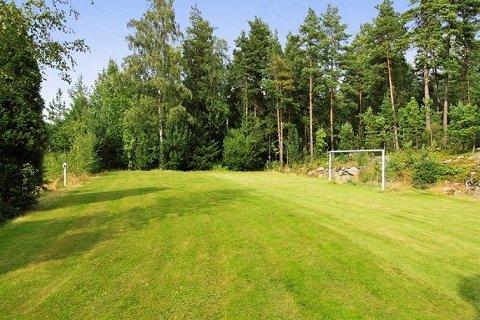 Det hører med en liten fotballbane til hytta.