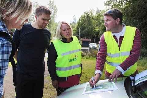Frode Valland (til høyre) er imponert over hvor mange personer som ville hjelpe til i leteaksjonen onsdag. - Målsettingen var å få lett rundt hele parkeringssystemet ved Vestmarksetra og det klarer vi nå, sier Valland.