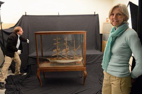 Fotograf Roger Berg klargjør en skutemodell for fotografering. Gjenstandene blir også nedfryst og rengjort. Til høyre avdelingsdirektør ved Hvalfangstmuseet, Sidsel Hansen.