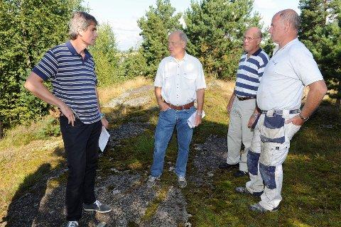 Bjørn Ole Gleditsch (t.v.) støtter Nils Michelsen, Halvor Mikkelsen og Tor Michelsen som vil bygge nye boliger på tomta si i Lingelemveien 17. Foto: Atle Møller