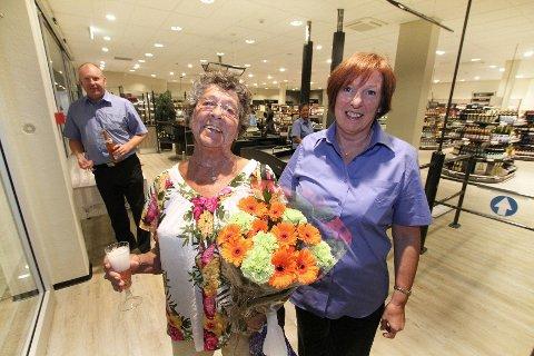 Hun er innom flere ganger i uken for å titte, Grethe Helgevold. I dag fikk hun blomster for å være den første kunden hos Vinmonopolet på Amfi Moss. Her sammen med butikksjef Marie Baarlie.