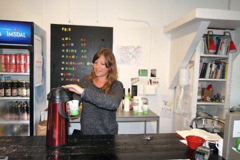 Arrangør og initiativtaker bak House of Foundation, Mari Kolsrud Hustoft gjør kaffen klar.